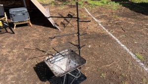 キャンプマニアの焚き火ハンガーが超便利でカッコいい。ファイヤーハンガーをブログでレビュー!
